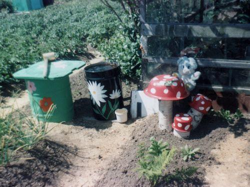 Из подручных средств можно сделать свой сад удивительно красивым.