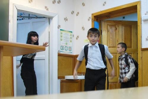 Ученик подглядывает за учителем