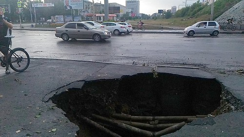 ВЕкатеринбурге после дождя провалился асфальт