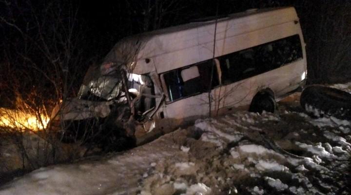 Под Нижней Турой при столкновении микроавтобуса сгрейдером пострадали 7 человек