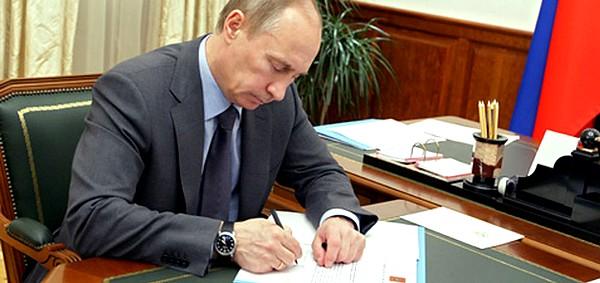 Картинки по запросу путин подписывает фото
